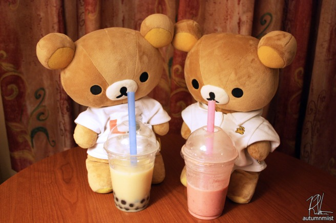 Rilakkuma shares bubble tea with a friend ()