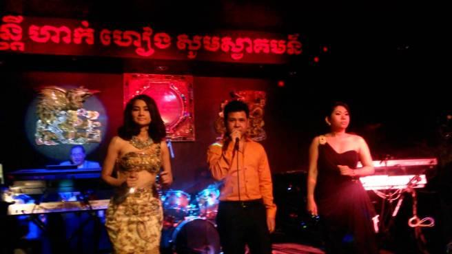 Hak Heang restaurant 2014 - Khun Daravatey, Makara Roth & Sophie (Image source: twindragon)