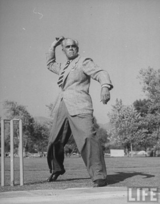Boris Karloff bowling om a match for the OCC (Overseas Cricket Club) om 1948).