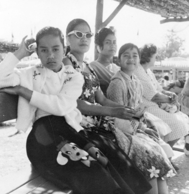 samoan-women-at-disneyland