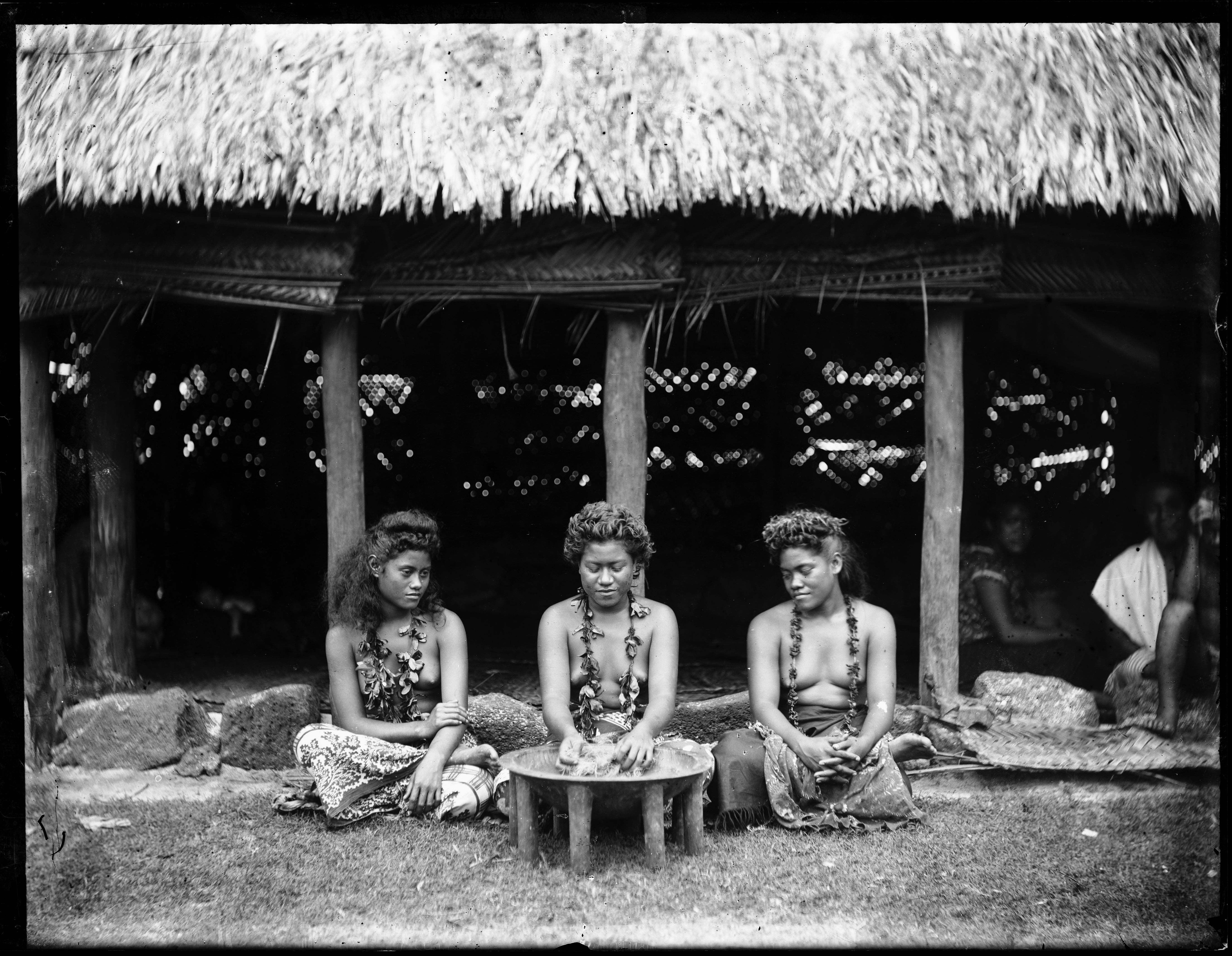 Young_women_and_kava_bowl,_Samoa,_ca._1899-1940s