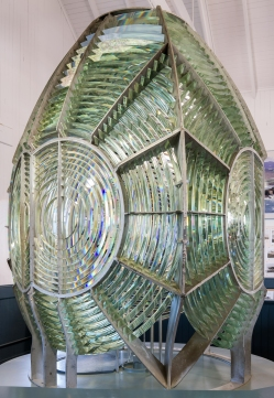 Fresnel_Lens_at_Point_Arena_Lighthouse_Museum